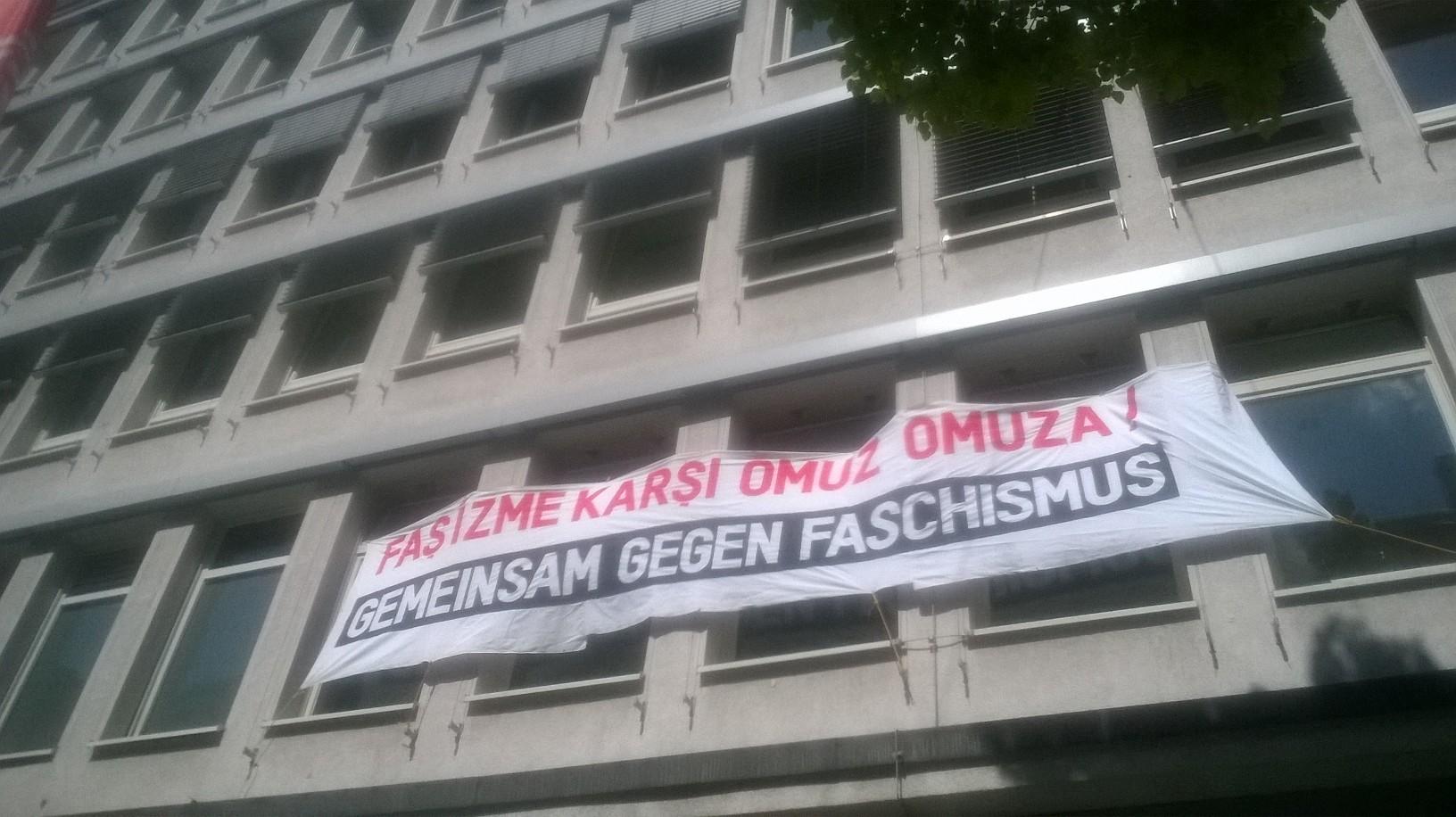 Transparent am DGB-Haus in Düsseldorf, Startpunkt der rechten Demo