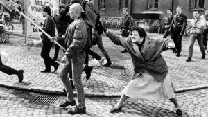 1985 vertrieb eine Schwedin mit ihrer Handtasche einen Neonazis. Ein Zeichen der Zivilcourage. Wir brauchen mehr dieser Zeichen.